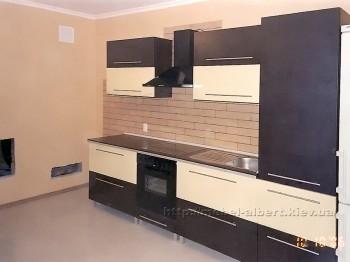 Простая кухня с фасадом постформинг в коричневом и бежевом цветах.