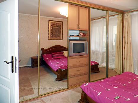 Шкаф-купе для спальни с встроенной секцией для телевизора