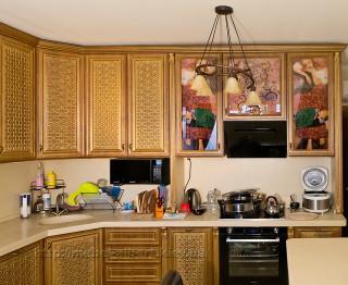 Кухня угловая с патинированным фасадом и витражами